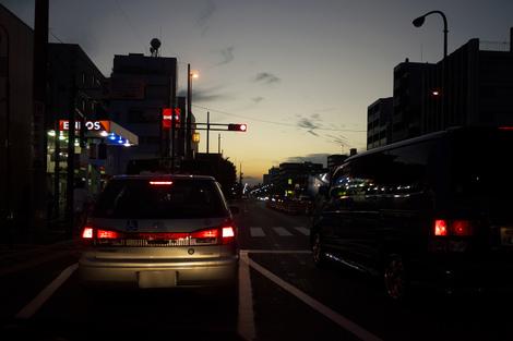 夕暮れの信号待ち<br />
