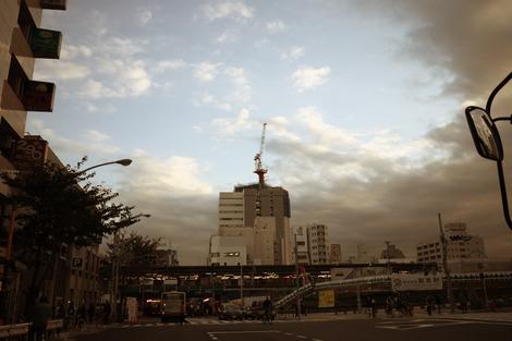 写真:中野駅周辺で建設中のビル