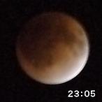 写真:皆既。月は赤く見える。