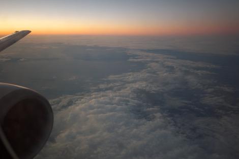 写真:飛行機から見た夕暮れ