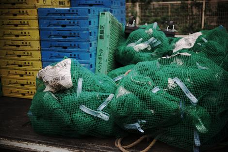 画像:資源ゴミ回収トラックの荷台。回収用の箱やネットがたくさん。