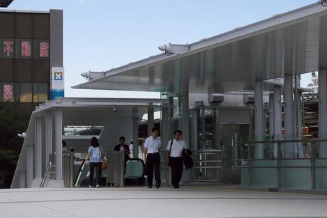 写真:連絡通路の中野駅側。階段とエスカレーターとエレベーターがある