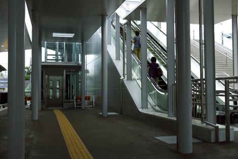 写真:中野駅北口改札から見たエレベータとエスカレーター