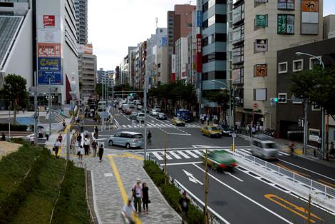 写真:連絡通路上から中野通を見下ろす