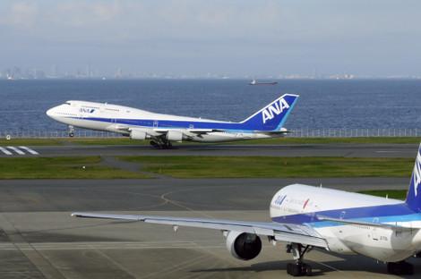 写真:C滑走路を離陸する ANA B747