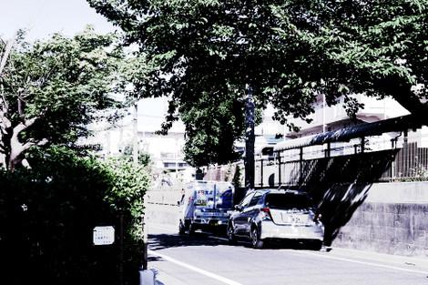 写真:わずかな木陰に車を止めて涼んでいる