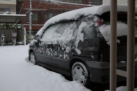写真:クルマの上に10cmほど積もっている雪